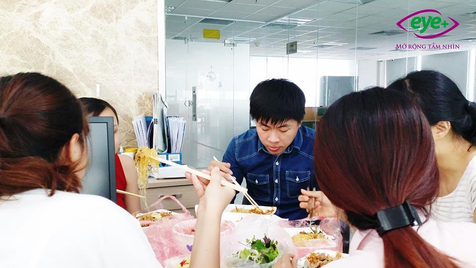 Bữa trưa vội cùng nhau của những con người bận rộn